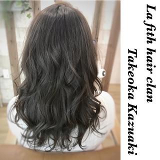 イルミナカラー ロング シルバーアッシュ ナチュラル ヘアスタイルや髪型の写真・画像