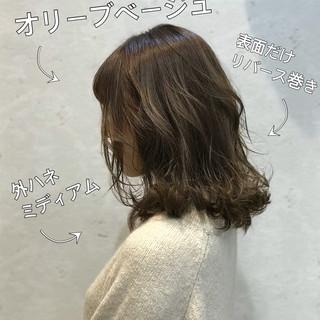 伸ばしかけ オリーブベージュ ハイライト セミディ ヘアスタイルや髪型の写真・画像