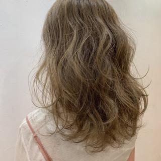 ベージュ アッシュベージュ ガーリー アッシュ ヘアスタイルや髪型の写真・画像
