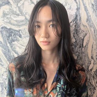 ナチュラル レイヤーロングヘア セミロング かき上げ前髪 ヘアスタイルや髪型の写真・画像