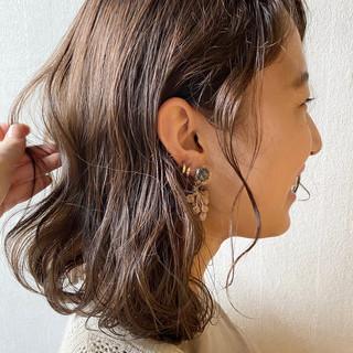 ミディアム ミルクティカラー くせ毛風 くせ毛 ヘアスタイルや髪型の写真・画像