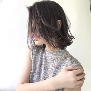 ミディアム ミルクティー 色気 ハイライト ヘアスタイルや髪型の写真・画像