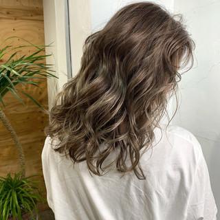 アッシュ バレイヤージュ エレガント セミロング ヘアスタイルや髪型の写真・画像