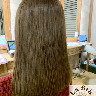透明感 シルバーアッシュ セミロング ナチュラル ヘアスタイルや髪型の写真・画像