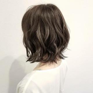 オフィス ハイライト アッシュ ボブ ヘアスタイルや髪型の写真・画像