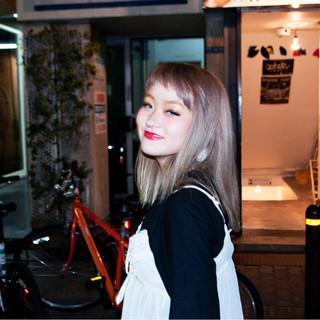 ミディアム ピンク ストリート ベージュ ヘアスタイルや髪型の写真・画像