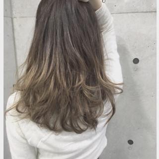 ガーリー ロング アッシュ ブリーチ ヘアスタイルや髪型の写真・画像
