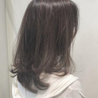 グレージュ ハイライト アッシュグレージュ ミディアム ヘアスタイルや髪型の写真・画像