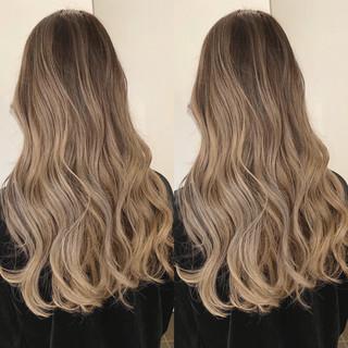 バレイヤージュ ストリート ロング ホワイトベージュ ヘアスタイルや髪型の写真・画像