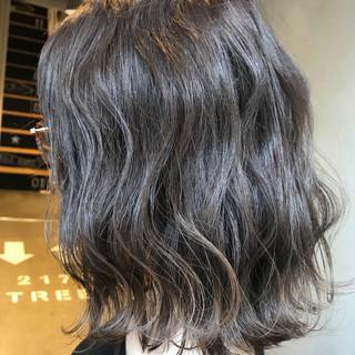 冬 グレージュ 波ウェーブ ミディアム ヘアスタイルや髪型の写真・画像
