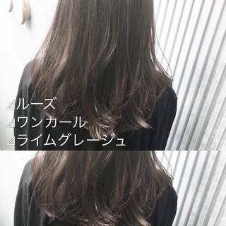 セミロング ミルクティーグレージュ アッシュグレージュ ナチュラル ヘアスタイルや髪型の写真・画像