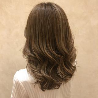 グレージュ グラデーションカラー セミロング 外国人風カラー ヘアスタイルや髪型の写真・画像