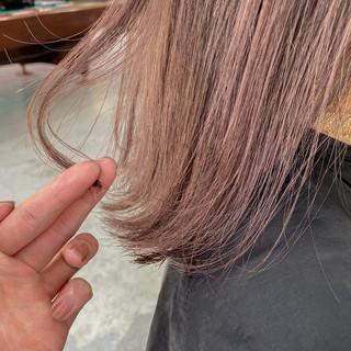 ミディアム ナチュラル ブリーチ ピンクベージュ ヘアスタイルや髪型の写真・画像