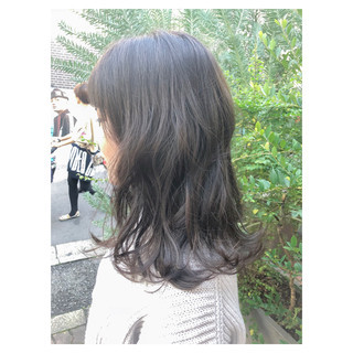 オリーブアッシュ セミロング 外国人風 ベージュ ヘアスタイルや髪型の写真・画像