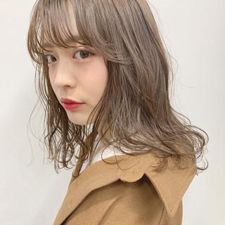 ミディアム アンニュイほつれヘア ナチュラル シースルーバング ヘアスタイルや髪型の写真・画像