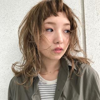 アッシュベージュ ナチュラル 外ハネ レイヤーカット ヘアスタイルや髪型の写真・画像