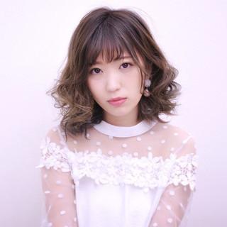 フェミニン ミルクティー インナーカラー 前髪あり ヘアスタイルや髪型の写真・画像 ヘアスタイルや髪型の写真・画像