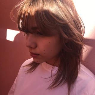 ミディアム デート ミルクティー ニュアンス ヘアスタイルや髪型の写真・画像