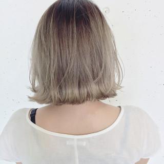 くせ毛風 ホワイト ハイトーン グラデーションカラー ヘアスタイルや髪型の写真・画像