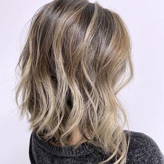 ミディアム バレイヤージュ 切りっぱなしボブ グラデーションカラー ヘアスタイルや髪型の写真・画像