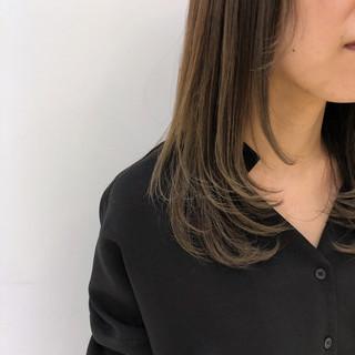 グレージュ オフィス セミロング 透明感 ヘアスタイルや髪型の写真・画像