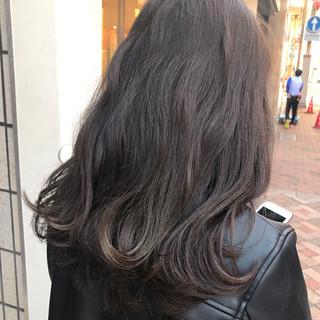 暗髪 アッシュ セミロング グレージュ ヘアスタイルや髪型の写真・画像