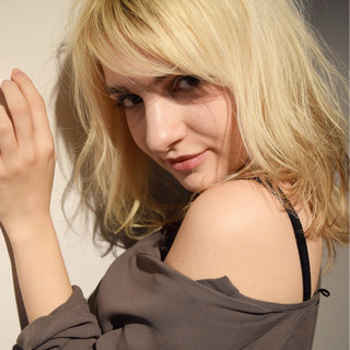 セミロング デート フリンジバング 小顔 ヘアスタイルや髪型の写真・画像