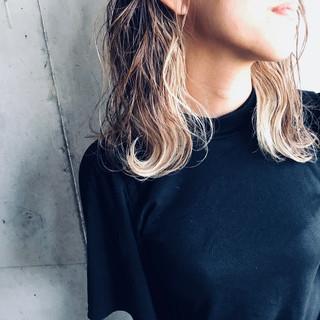 アッシュベージュ インナーカラー ハイトーン ミディアム ヘアスタイルや髪型の写真・画像