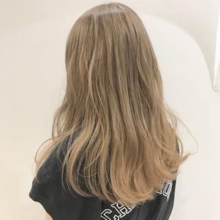 アンニュイ ウェーブ ハイトーン ミルクティーベージュ ヘアスタイルや髪型の写真・画像
