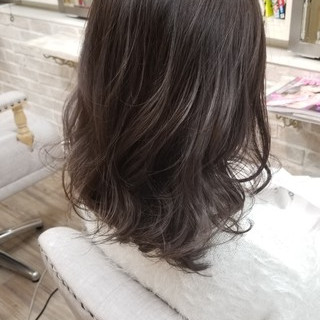 巻き髪 セミロング アンニュイ グレージュ ヘアスタイルや髪型の写真・画像