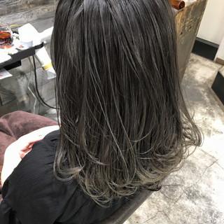ミディアム ウェーブ ストリート オフィス ヘアスタイルや髪型の写真・画像