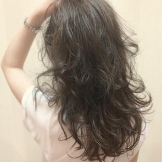 ウェーブ ナチュラル 暗髪 ラフ ヘアスタイルや髪型の写真・画像
