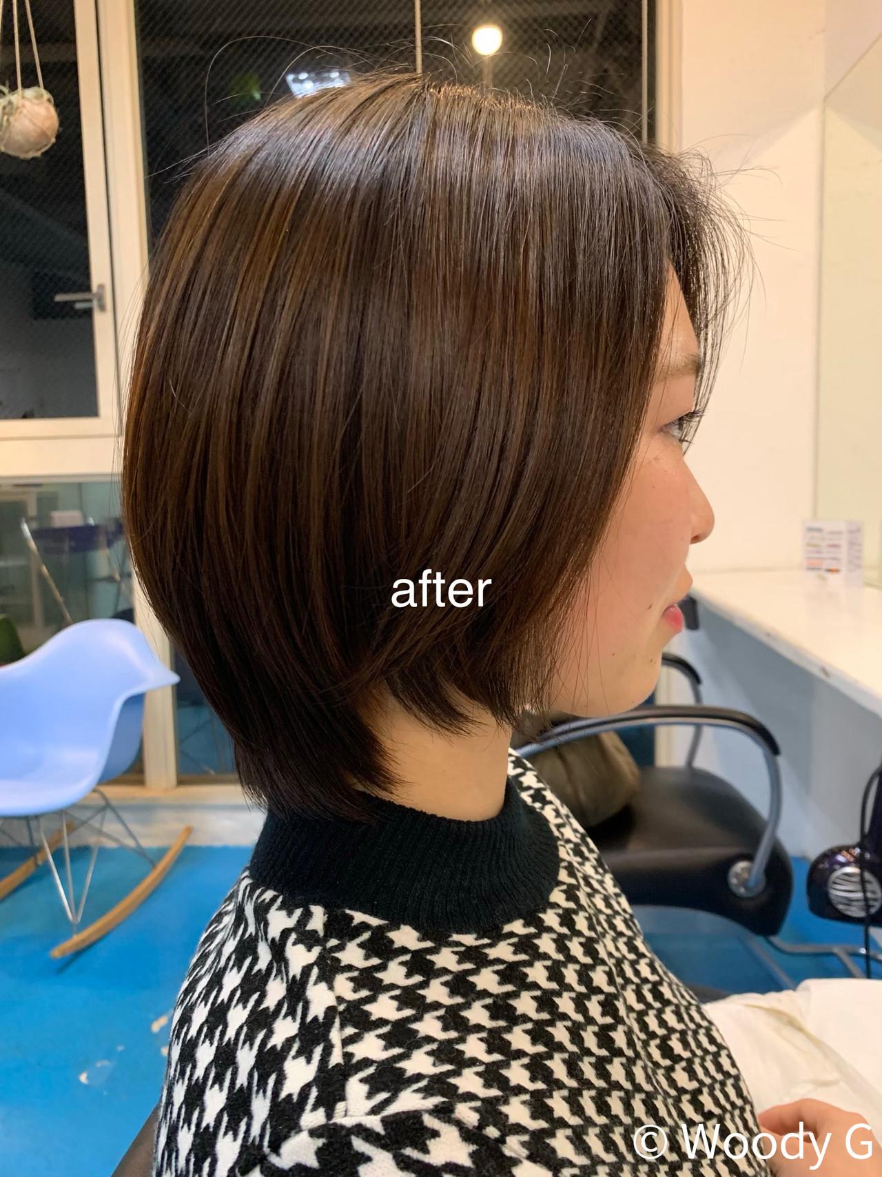 髪質硬めの動きが出づらい方のレイヤースタイル。丸みが出るようにレザーで中間部分を曲げながらカットして、流れるレイヤーを表面に入れて束を出す。