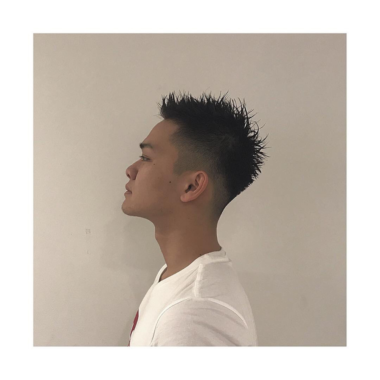 スキンフェードヘアの男性