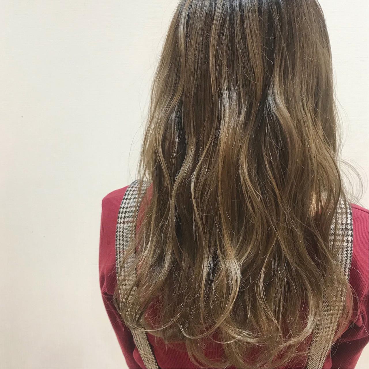 巻き髪 ミルクティーベージュ ガーリー ミルクティーアッシュ ヘアスタイルや髪型の写真・画像