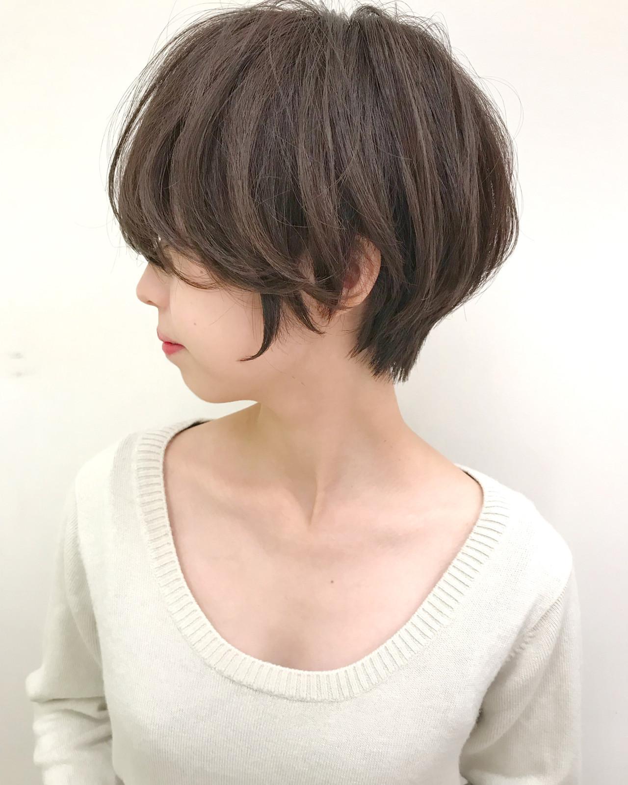 """直毛を柔らかく見せる✨『前下がりショートヘア✂️』 . . 直毛で髪がぺったりしやすい方でも柔らかくふんわり見せれます? . . 首元はスッキリする為に短くしますが、顔周りに向かって長くなる様に前下がりでカットしました✂︎ . . . そうする事でスッキリしつつも女性らしいシルエットになります❗️ . . . 内側に軽さをしっかり入れる事で柔らかさを出すことが可能です? . . . スタイリングの時にストレートアイロンで毛先を巻くことで柔らかさとボリュームも出ます❗️ . . . 女性らしいショートヘアにしたい方はスタイリスト中井裕貴にお任せ下さい? . . . 丸みのある柔らかいショートヘアに致します✂️ . . . ✅ショートヘアで失敗したくない. ✅スタイリングを簡単にしたい(まとまり良く、広がりにくい). ✅女性らしいショートヘアにしたい. ✅骨格をカバーしたい(絶壁、ハチ張り). ✅360度どこから見ても綺麗なシルエットが良い. ✅似合うショートヘアがわからない. ✅他のサロンでショートヘア失敗された. . 等という方は 『 #美容師ナカイヒロキ にお任せ下さい❗️』 . . . 『9割以上のお客様がショートヘア✂️』 . 僕の担当しているお客様の9割以上がショートヘア〜ボブスタイル? . . . 特に20〜30代の女性のお客様が多いです? . . . 初めてショートヘアにする方などは『絶対に失敗出来ないから!』と言って、わざわざ遠くから武蔵小杉まで来て頂く事も多いです? . . . 最近はインスタを、見てご来店される方がとても増えてます❗️ . . . そんな状況を本当に嬉しく思っていて、期待に応えられる様に1人ひとりと真剣に向き合ってカットしてます✂️ . . . 僕の作ったショートヘアはこちらをご覧下さい 【 #中井ショート 】 . . . . 【美容師歴7年】. . 同世代では1番早い、1年8ヶ月でスタイリストデビュー後、ショートヘアに特化してきました✂️ . . . ショートヘアに拘りを持ち続けた結果、新規指名数&ショートヘアのオーダー率は全店No.1❗️ . . . 360度どこから見ても、丸みのある綺麗なショートヘアが得意です✨ . . . ショートヘアは正面だけではなく、サイドや後ろ姿も大切だと思います❗️ . . . . 『✂️実績✂️』 . 『TOKYO BEAUTY CONGRESS 2015』 審査員賞. 『TOKYO BEAUTY CONGRESS 2015』 ジャーナル賞. 『TOKYO BEAUTY CONGRESS 2016』準グランプリ. 『TOKYO BEAUTY CONGRESS 2016』 審査員賞. 『HAIR COLOR LIVE CONTEST 2017』 優秀賞. 『 hoyu×ar カラコレ'16 ar賞』. 『 hoyu×ar カラコレ'17 いいね賞』 . その他、社内外で多数受賞❗️ . . . . 『✨お客様の声✨』 . •いつもヘアスタイル参考にさせていただいてます!この前は少し凹むことがあり美容室行ったのですが、髪を切ったらすっごく元気が出ました^_^ 中井さんに切ってもらって本当に良かった!とお会いした際にお礼を言えば良かったなと思い、突然すみません! 今度はショートにしたいなーと。またよろしくお願いします!(20代女性) . . . •今回はありがとうございました! 心機一転、そしてイメチェンすることができました! そしてまとまりやすく、朝のセットも楽チンです^ ^ また伸びて来た頃に伺います! ありがとうございました。(20代女性) . . . 僕自身が美容師という仕事が大好きです✂️ . . . だからこそ僕はヘアスタイルを通して、働く女性を応援したいと思ってます? . . . 美容室に来る理由は『気分を変えたくて髪を切りたい』『大切なことの前に気合を入れたい』『普段のメンテナンス』など様々です? . . . 目の前の1人ひとりのお客様を笑顔にしたいと思って美容師をしてます? . . . . . 『✨ご予約方法はこちら✨』. . 『?WEB予約の場合?』. プロフィールのURLから24時間好きな時にWEB予約が出来ます?. . ホットペッパー等には掲載していないので、WEB予約は公式HPからのみ可能です? . . . 『☎️電話予約の場合☎️』. プロフィール欄の""""電話する""""ボタンを押して頂くか、☎︎044-863-9808までお願い致します✨ . 予約専門のレセプションがご対応させて頂きます?♀️ ※WEB予約が埋まっている場合でも、電話をして頂ければ予約が取れる事があります。 . . . カット6600円. . カラー(一色染め)9100円〜."""