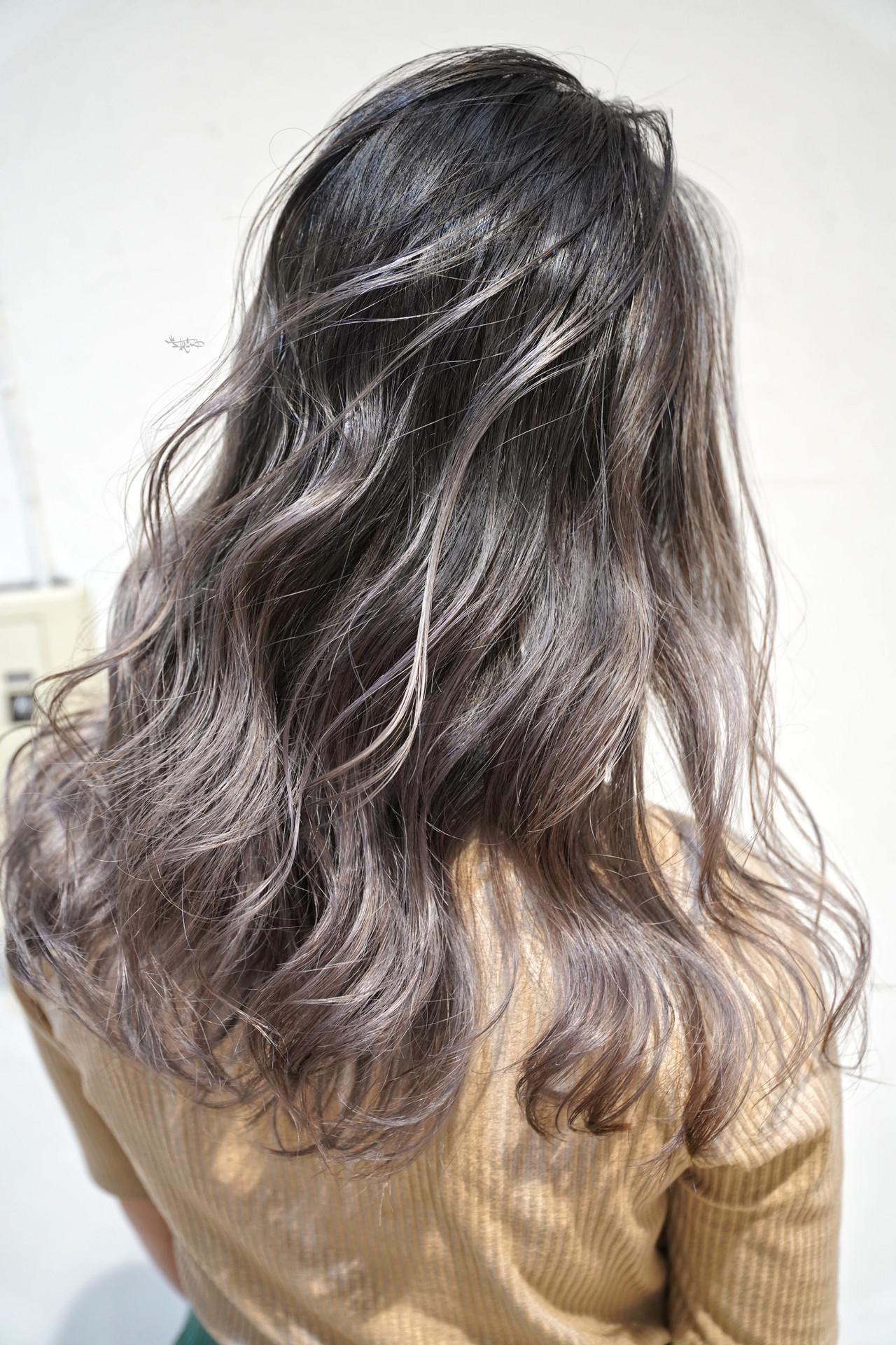 ロング バレイヤージュ ハイライト グレージュ ヘアスタイルや髪型の写真・画像