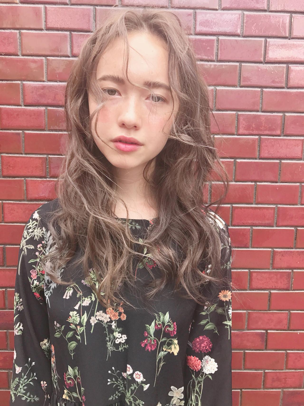 外国人風カラー ナチュラル デート ハイライト ヘアスタイルや髪型の写真・画像   KT / フリー