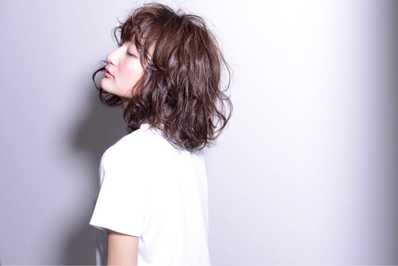 ストリート セミロング パーマ 黒髪 ヘアスタイルや髪型の写真・画像   秋山 佳奈 /