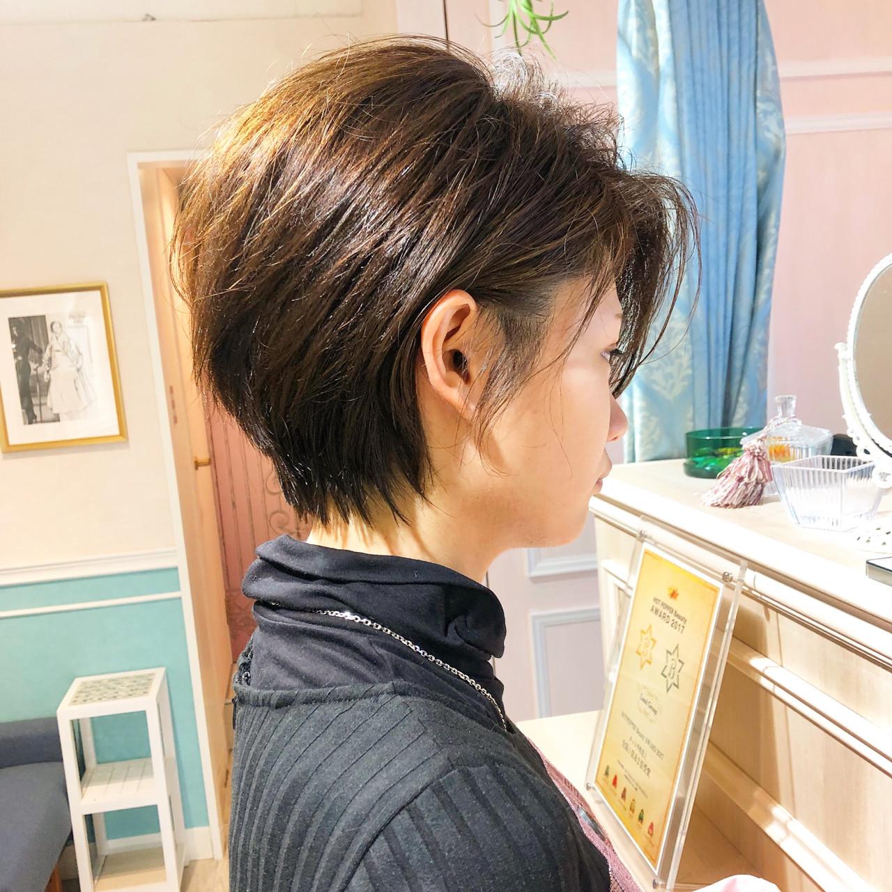 オフィス ショート 小顔 フェミニン ヘアスタイルや髪型の写真・画像