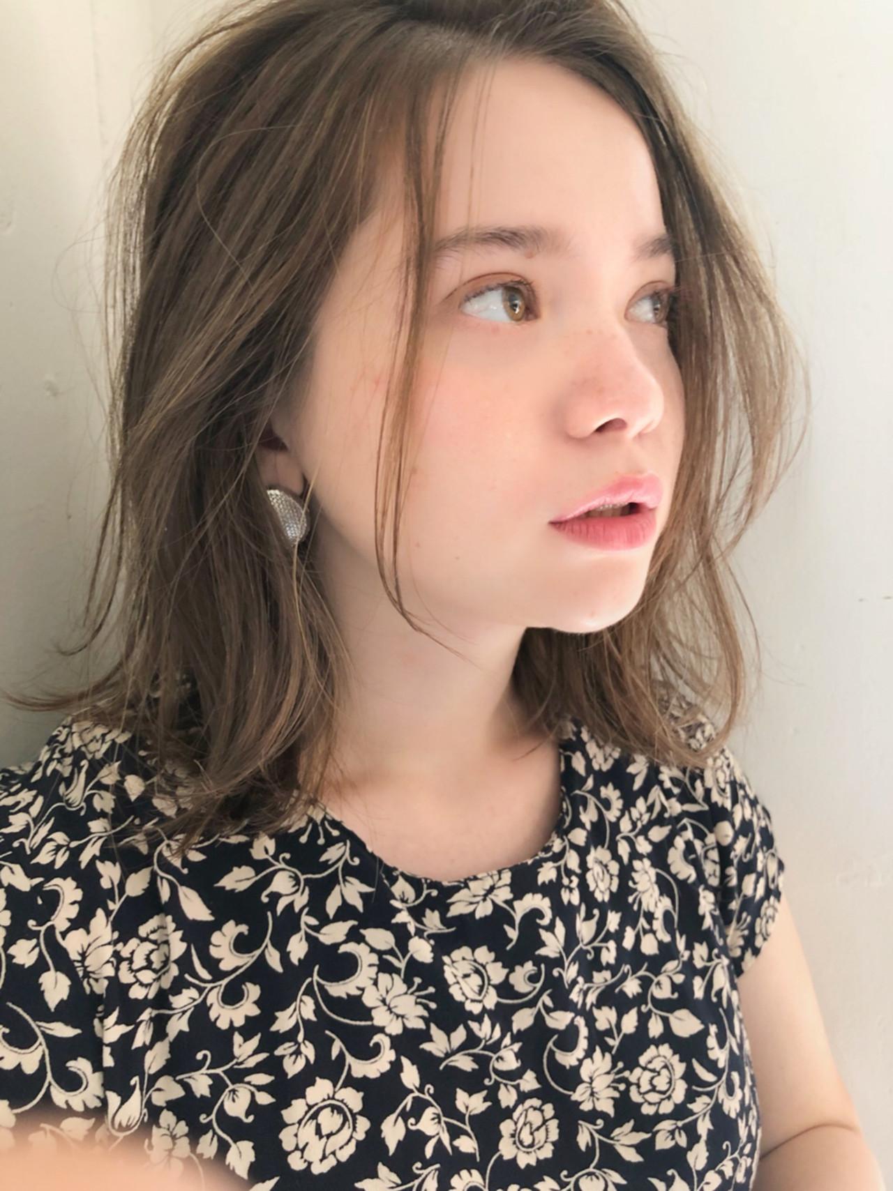 アウトドア アンニュイほつれヘア ガーリー ミディアム ヘアスタイルや髪型の写真・画像