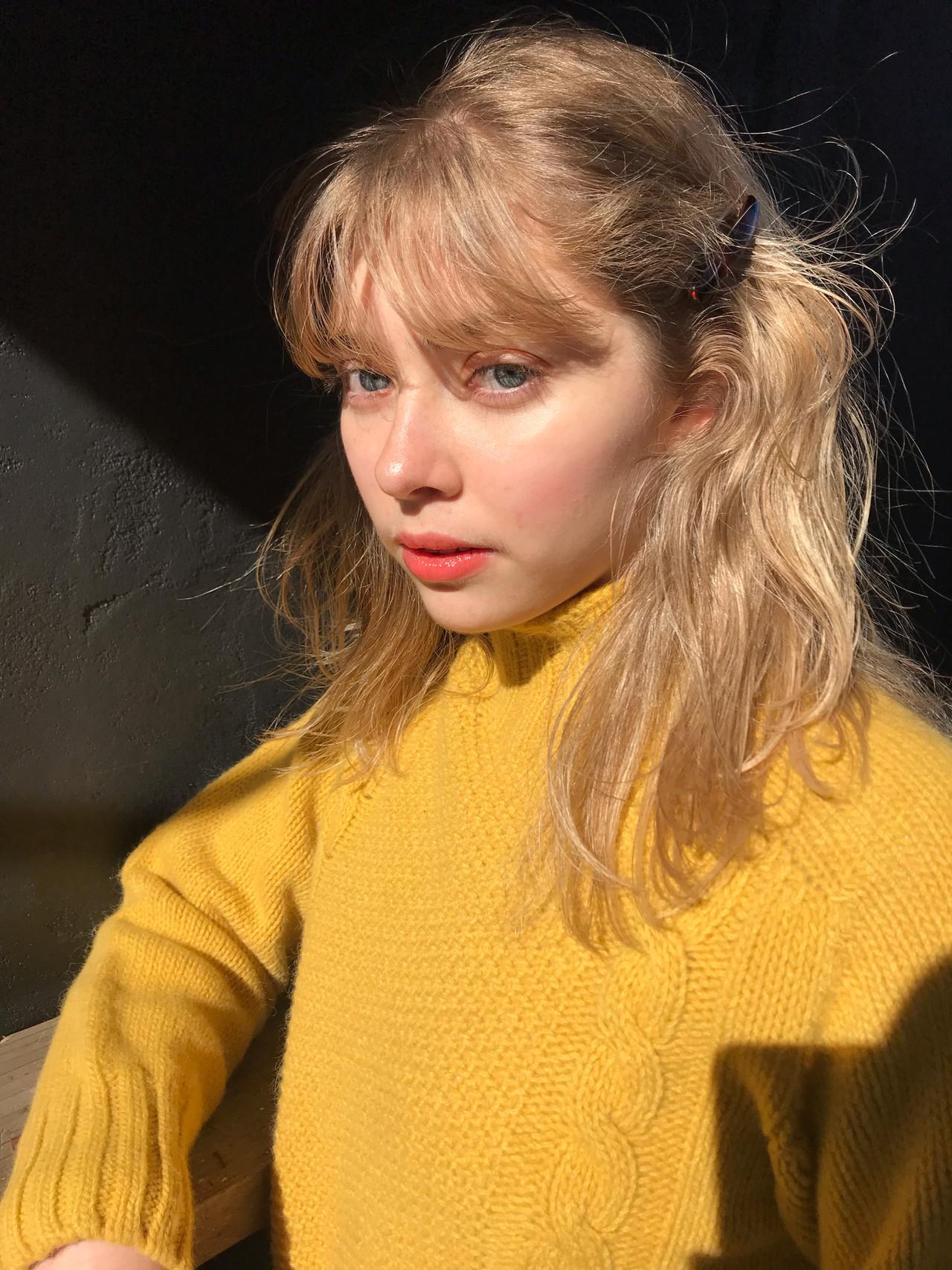 セミロング 抜け感 ハイトーン ハイライト ヘアスタイルや髪型の写真・画像