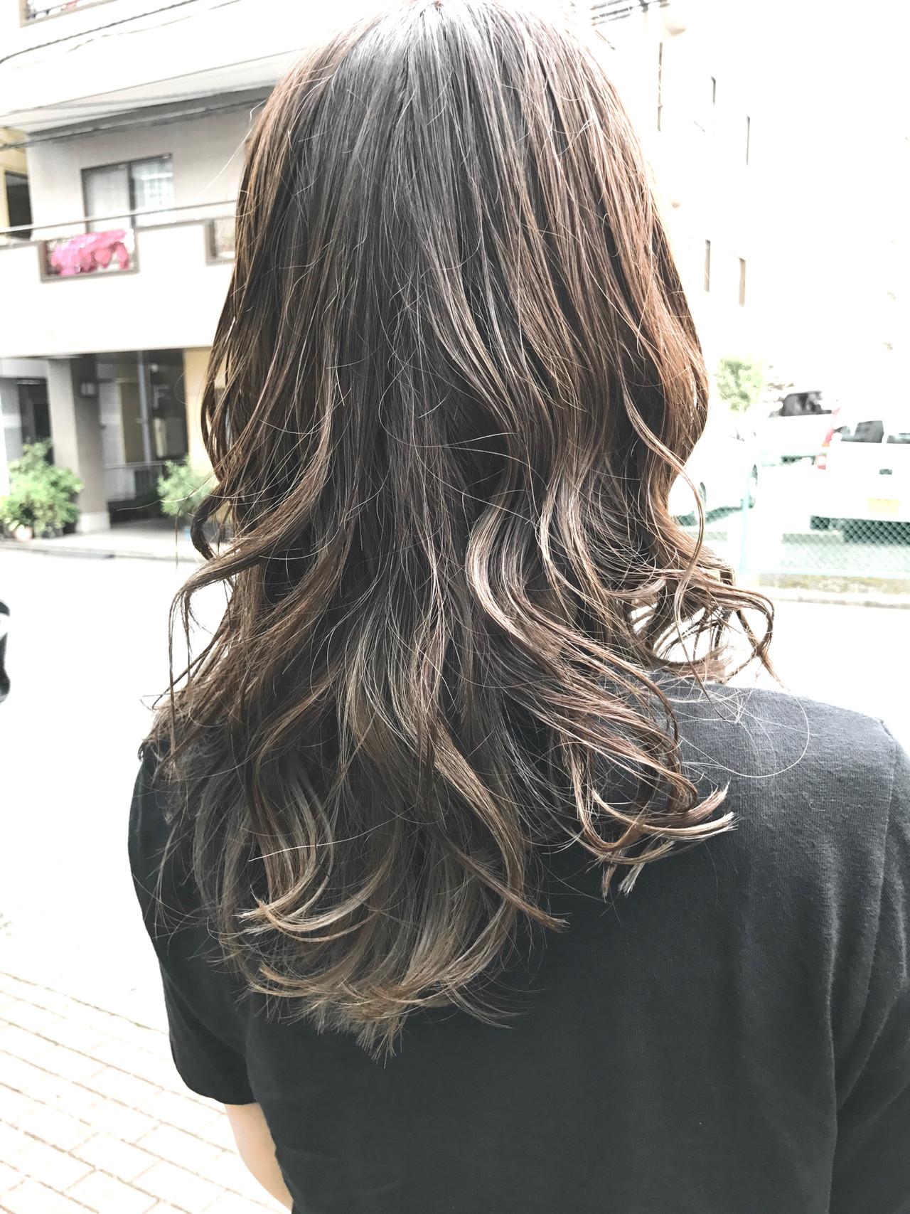 バレイヤージュ ロング 冬カラー グレージュ ヘアスタイルや髪型の写真・画像