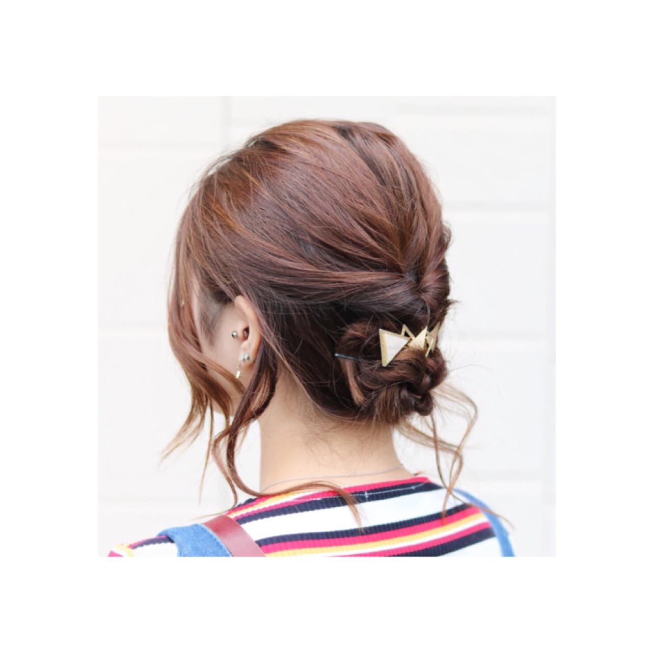後れ毛でかわいく♡  1.後れ毛を残してハーフより少しだけ下のところで結びくるりんぱをします。 2.トップを軽くだけ引き出します。 3.残った髪の毛を三つ編みして毛先を中に入れ隠すように丸め込み、ピンで止めます。 4.後れ毛を巻きます。 5.くるりんぱと三つ編みの毛束の間にヘアアクセをつければ完成です。