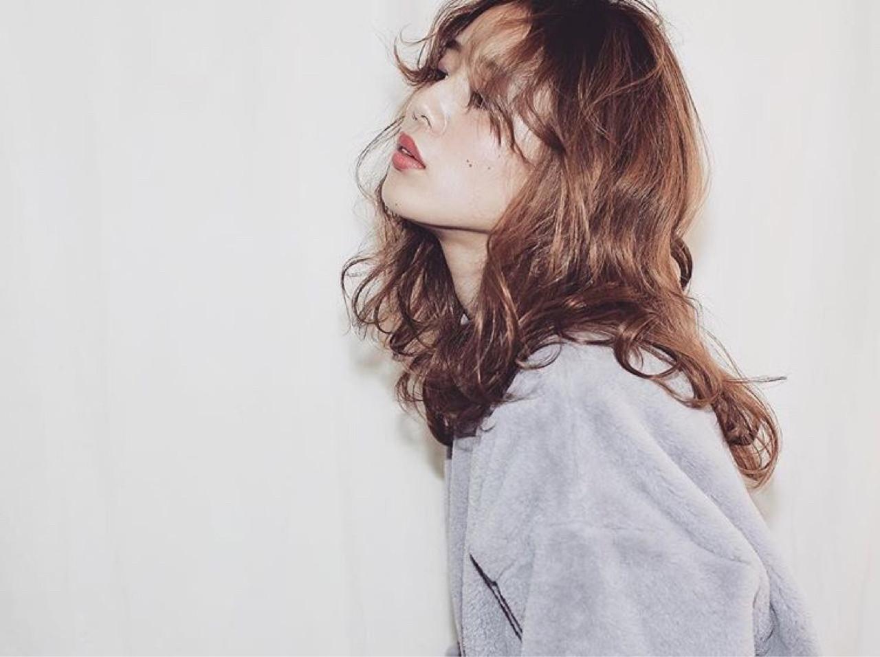 パーマ ガーリー フリンジバング ミディアム ヘアスタイルや髪型の写真・画像