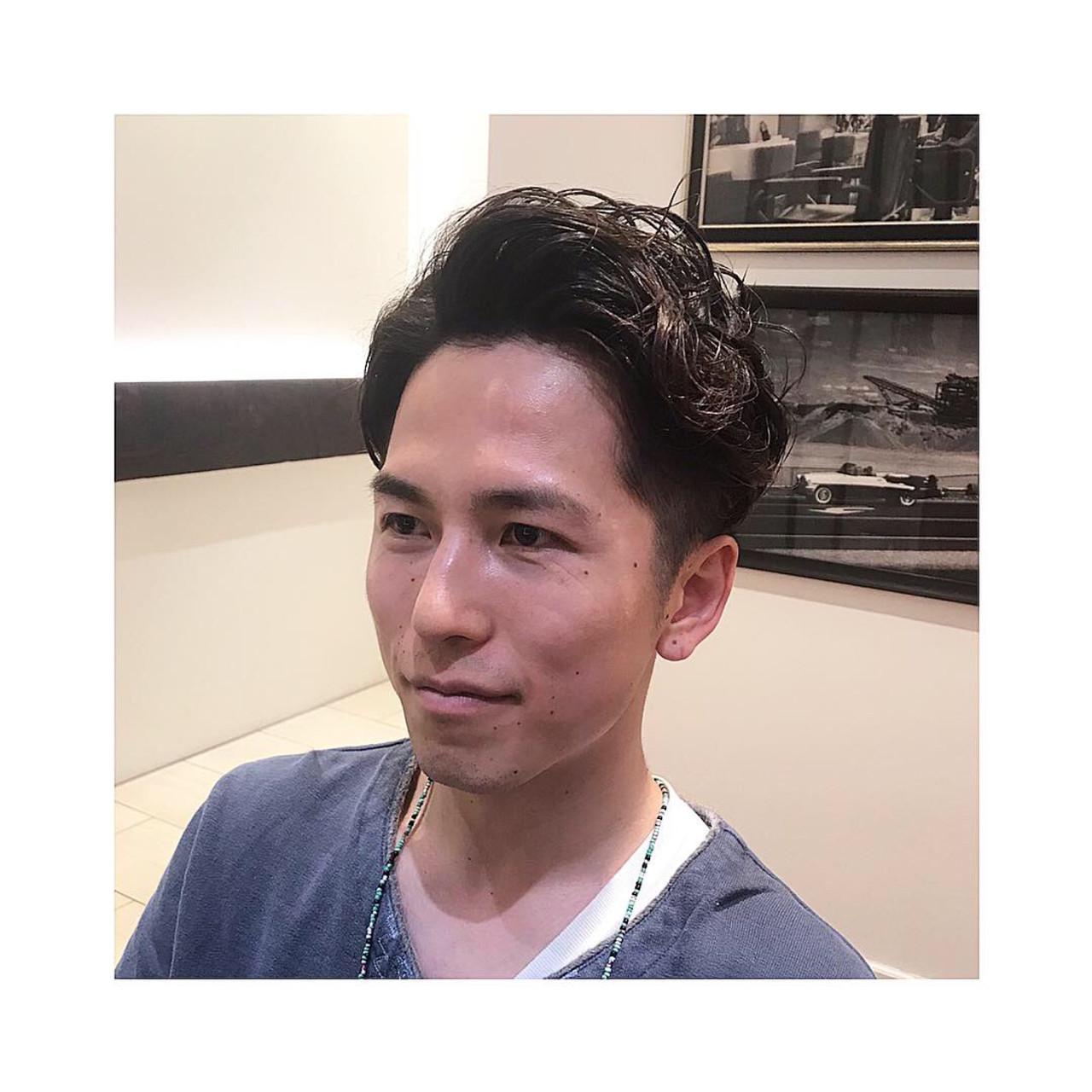 ナチュラル メンズパーマ 刈り上げ メンズショート ヘアスタイルや髪型の写真・画像