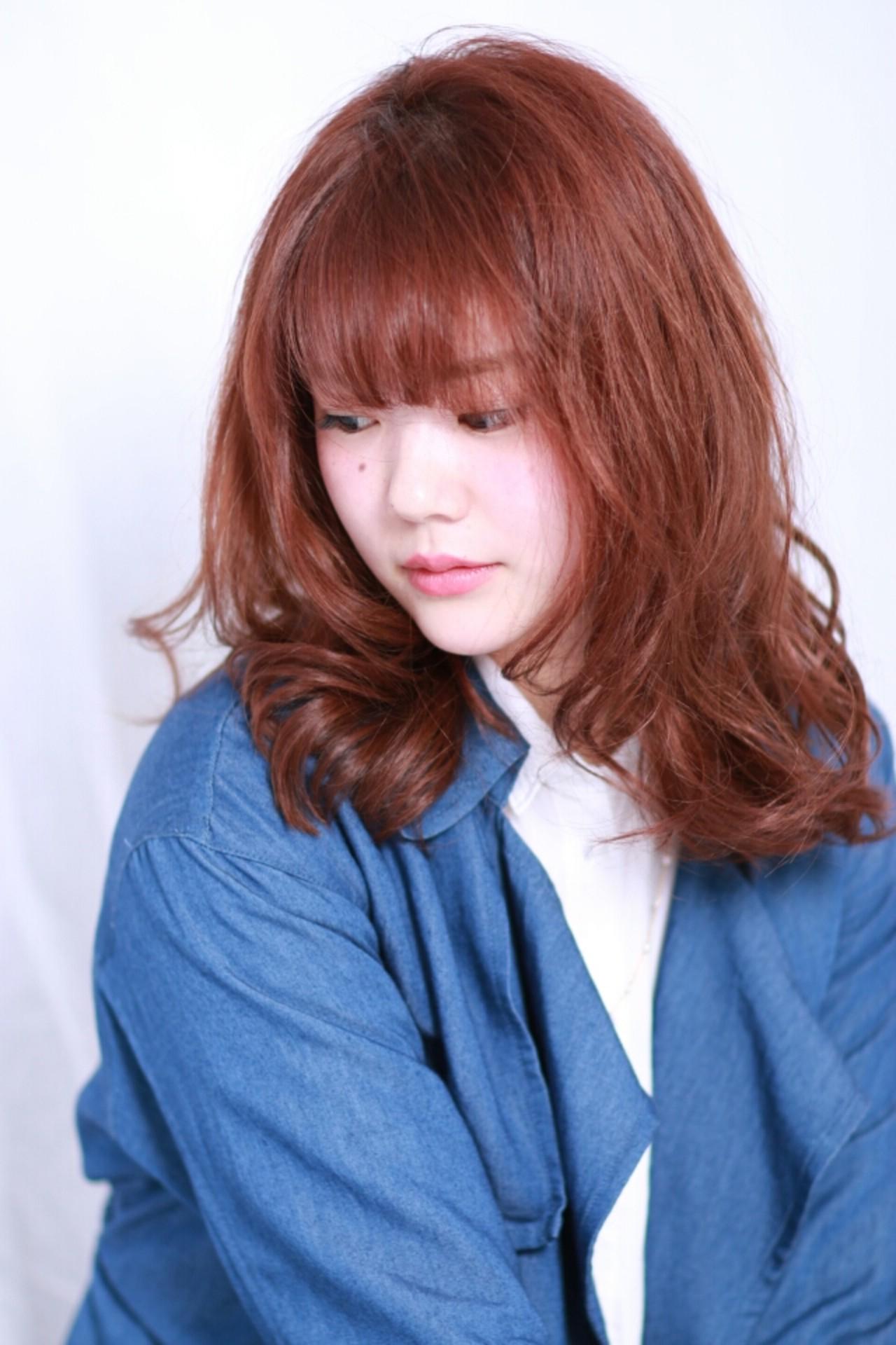 外ハネ レッド ピンク ナチュラル ヘアスタイルや髪型の写真・画像