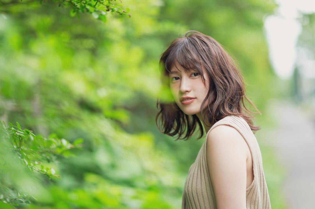 透明感カラー オリーブアッシュ ミディアムレイヤー 波ウェーブ ヘアスタイルや髪型の写真・画像