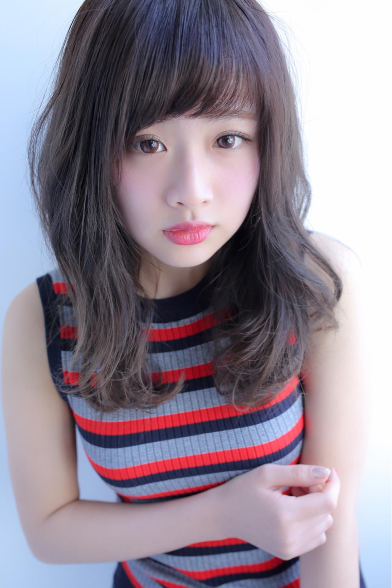 デート フェミニン フリンジバング セミロング ヘアスタイルや髪型の写真・画像 | Yuuki Kamizuru / イーリオ 肥後橋