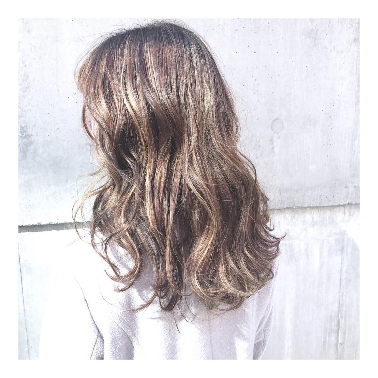 セミロング 外国人風 3Dハイライト フェミニン ヘアスタイルや髪型の写真・画像 | emi yuhei / hair  salon momo